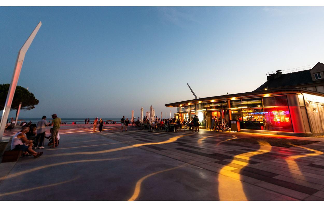 Place du Commando, restaurants et bars de plage avec vue sur mer - (© Martin LAUNAY / Ville de Saint-Nazaire / CARENE)